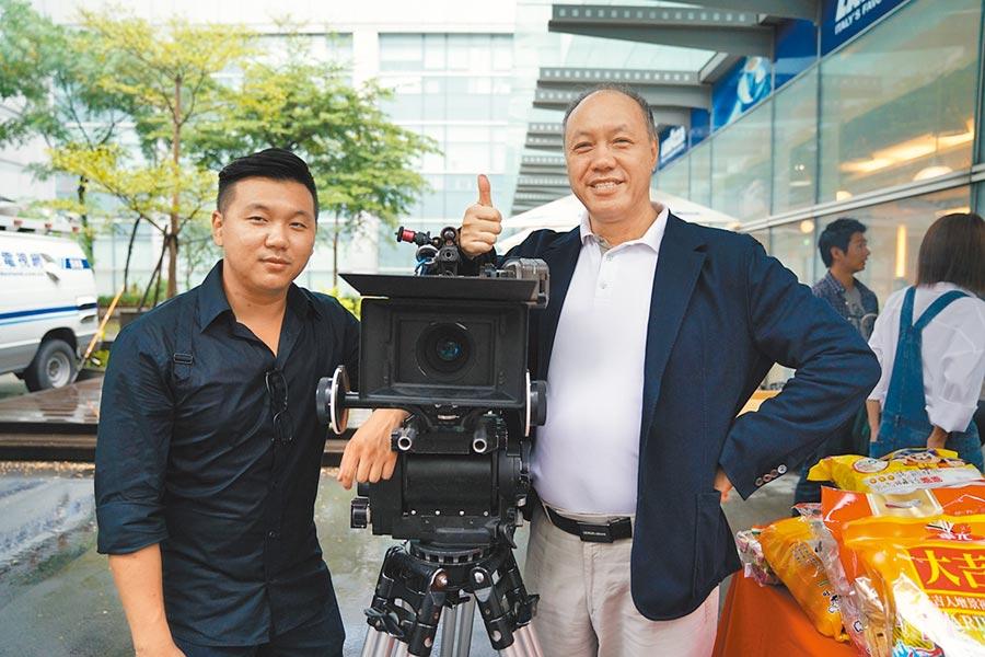 王鼎霖(左)的父親王鈞雖嘴上說不想兒子拍電影,但還是資助他。