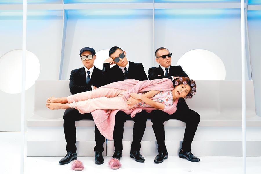 玖壹壹邀請Ella(前)合作新單曲〈來個蹦蹦〉,MV中Ella不計形象,躺在3男大腿上。