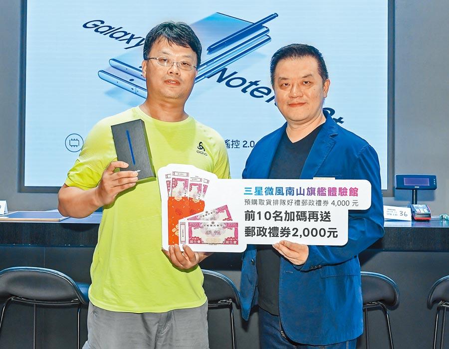 此次搶到三星全新旗艦機Galaxy Note10系列頭香的余先生(左),與台灣三星電子行動與通訊事業部副總經理陳啟蒙合照。(盧禕祺攝)
