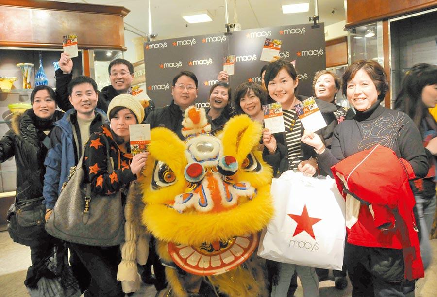美國旅遊局官員憂陸客減少將影響業者經營。圖為2010年2月15日,紐約梅西百貨歡迎中國「千人遊客」團。(新華社)