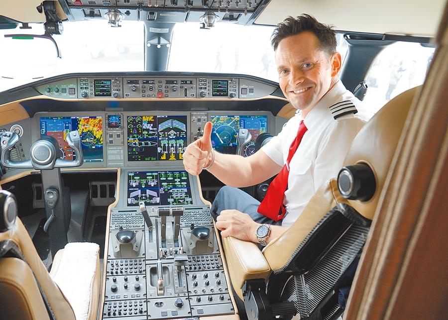 2018年4月17日,亞洲公務航空會議及展覽會在上海舉行,一名外國飛行員向參觀者介紹飛機性能。(新華社)