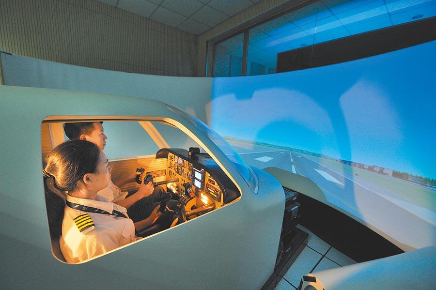 四川省廣漢市中國民航飛行學院模擬機訓練室,飛行學員正在進行訓練。(新華社資料照片)