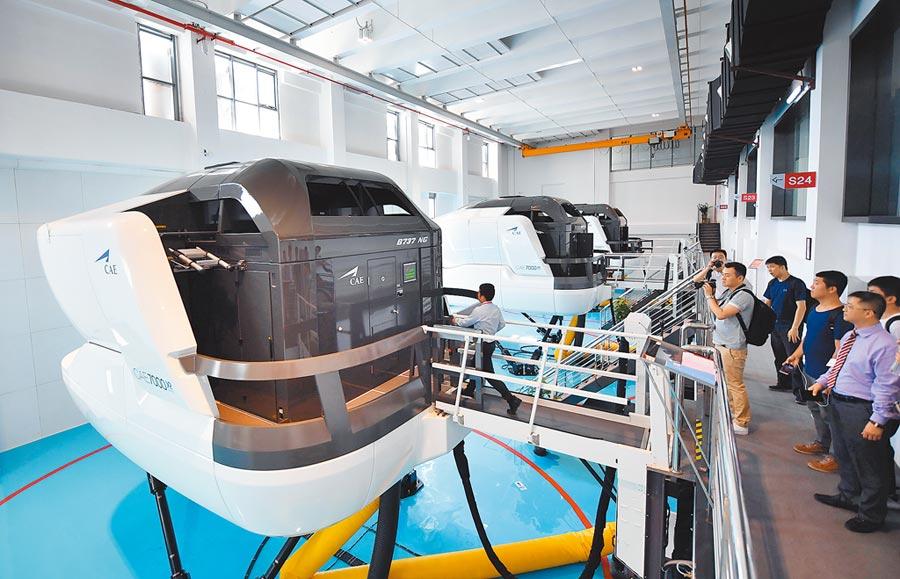 海南天羽飛行訓練基地的動態模擬艙和飛行員模擬駕駛艙等設施。(新華社資料照片)