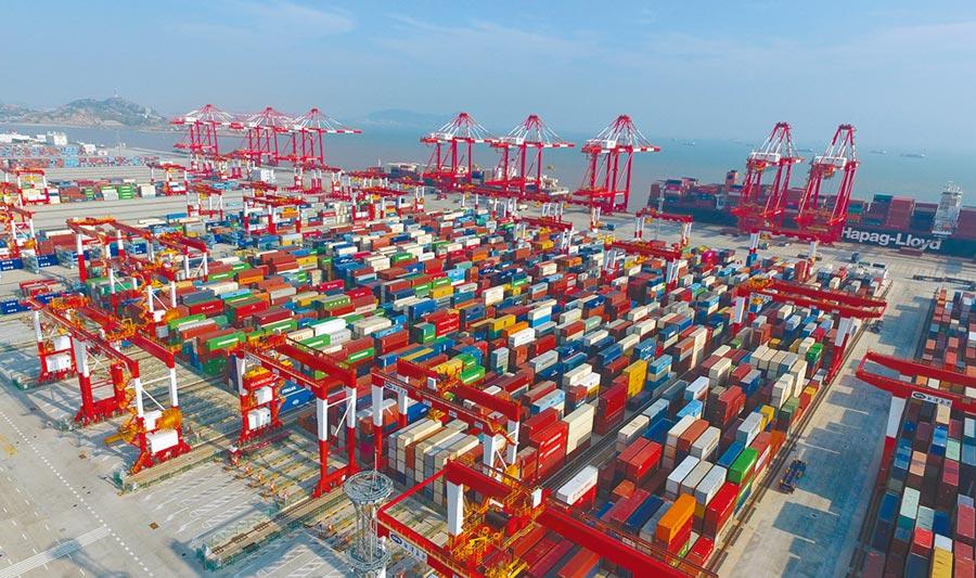 上海創新加速度,自貿試驗區臨港新片區正式起航;圖為上海洋山深水港四期自動化碼頭。(新華社資料照片)