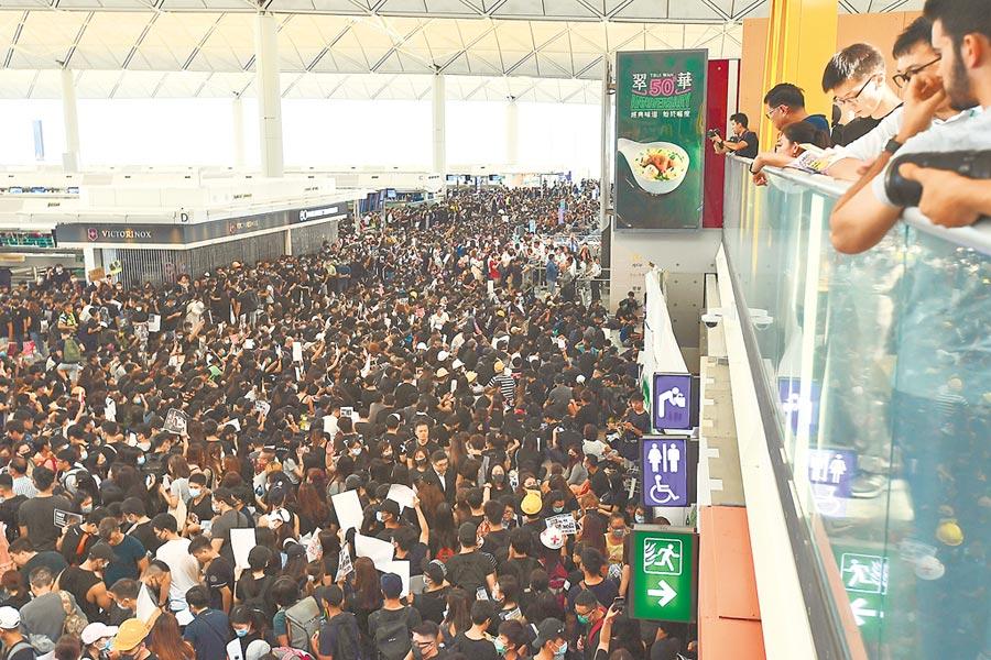8月12日,香港反送中示威者集結於香港國際機場抗議。(中新社)