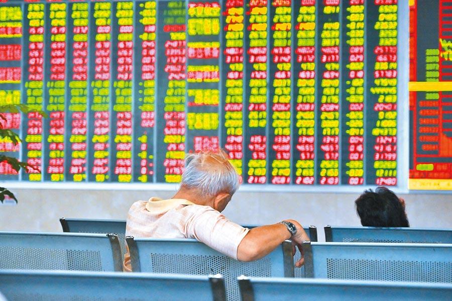 成都某證券營業部內的股民關注大盤數據。(中新社資料照片)