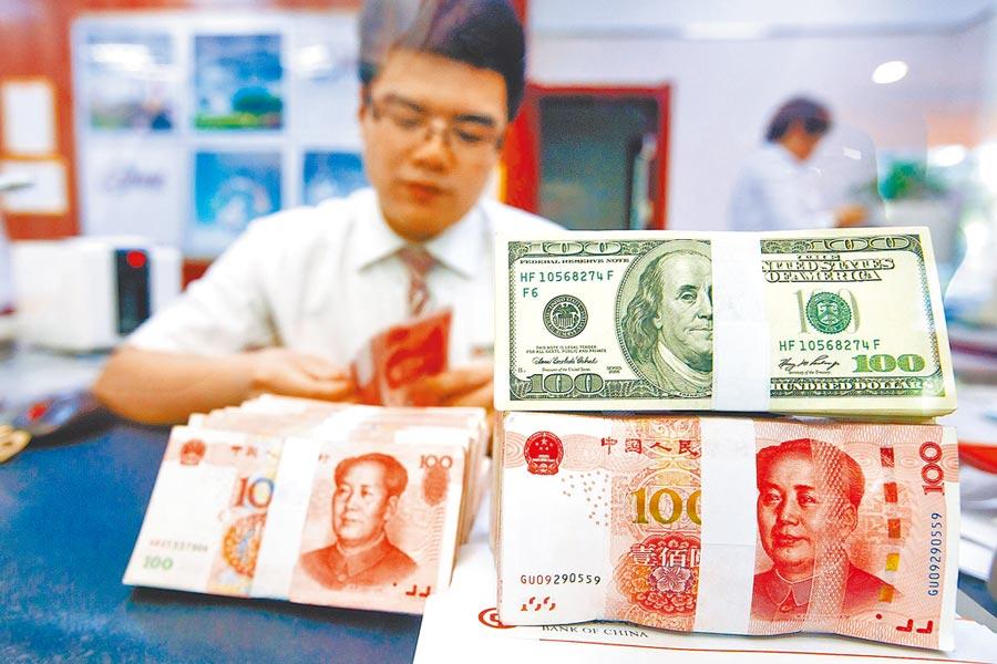 山西太原銀行工作人員正在清點貨幣。(中新社資料照片)
