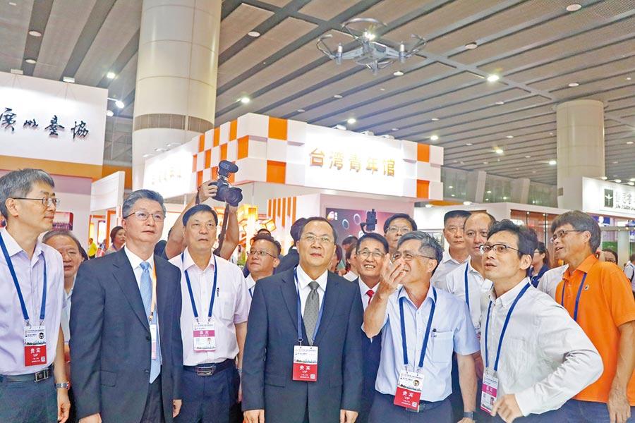 2019年廣州台灣商品博覽會23日開幕,廣州市委常委盧一先(左4)參觀台灣參展商。(記者吳泓勳攝)