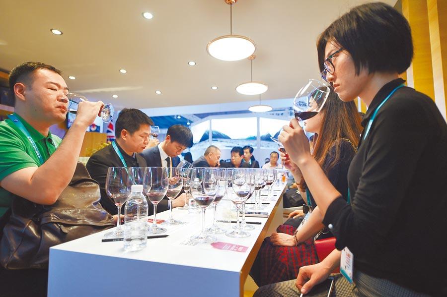 中國國際進口博覽會,參觀者在澳洲展區品嘗產自該國的葡萄酒。(新華社資料照片)