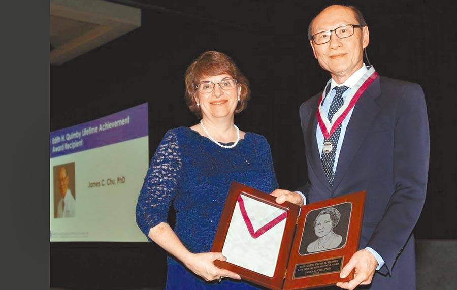 美國醫藥物理學會會長麥克勞(Cynthia H. McCollough,左)頒獎給朱建華。(朱建華提供)