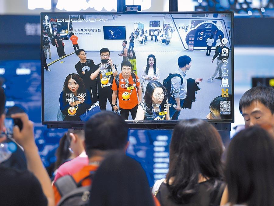 5月16日,在天津一科技展上,觀眾體驗人臉識別技術。(新華社)