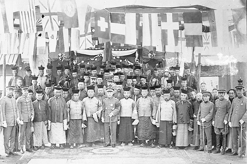 徐樹錚(前排中者)在庫倫時期與外蒙古王公合影。(取自網路)