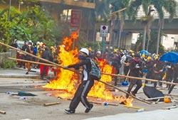 香港反送中 再爆警民衝突 觀塘遊行 示威者縱火 民眾眼睛中彈