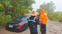 颱風天賞金針花 遊客受困六十石山