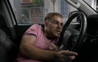 男星學用棒球「一秒解車鎖」 竟被反鎖車內逃不出