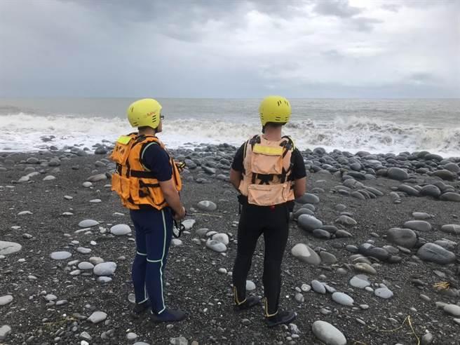 搜救人員正沿岸搜尋。(楊漢聲翻攝)