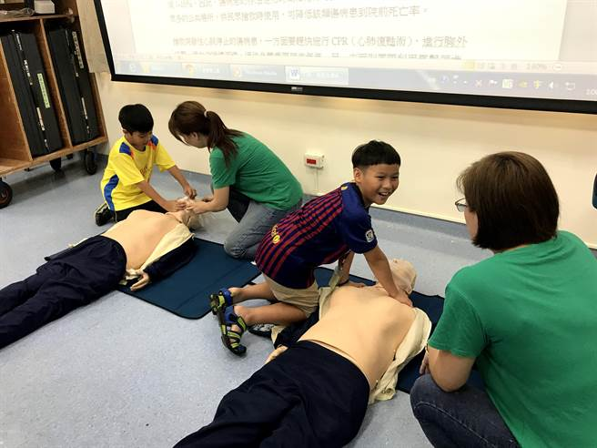 童醫院護理師共同教導學童心肺復甦術(CPR)步驟。(陳世宗翻攝)