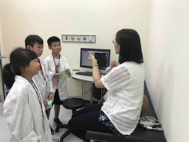 童醫院進行超音波儀器解說。(陳世宗翻攝)