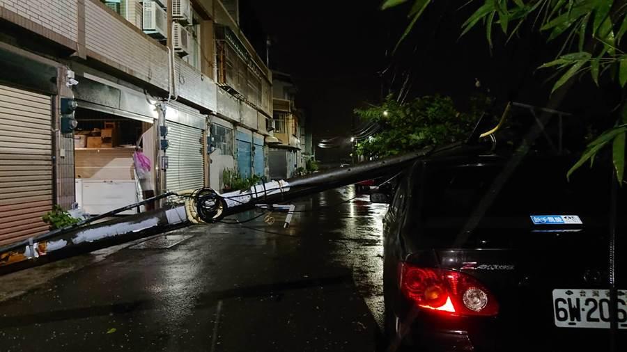 仁德成功一街電線桿應聲折斷壓到一旁車輛。(鄭晴而提供)