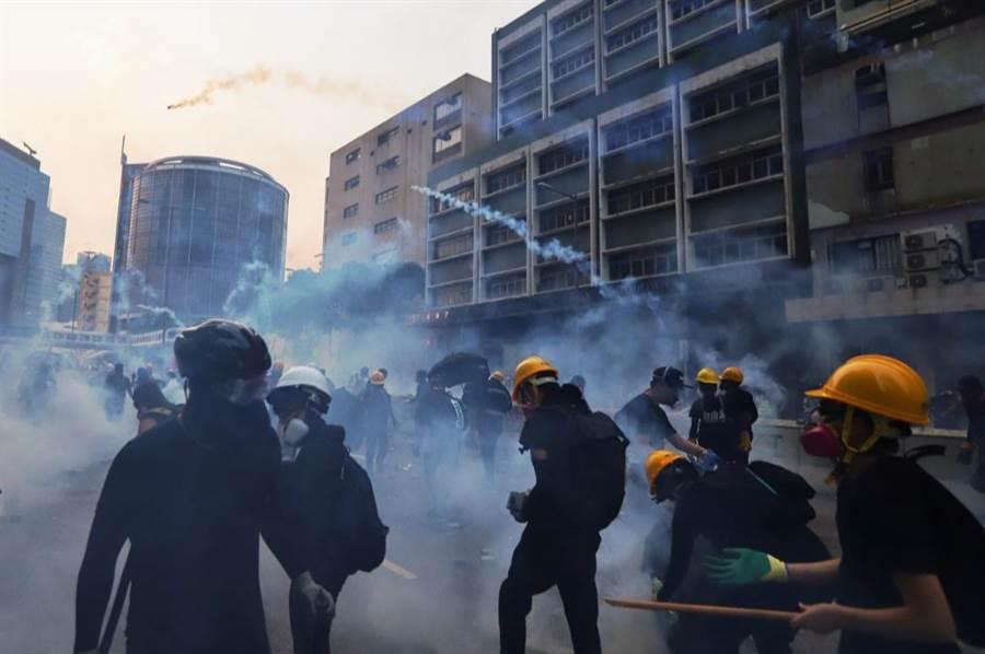 示威者將催淚彈擲回警方方向。(翻攝自香港01)