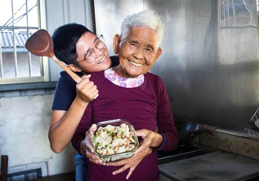 「快樂嬤」劉張秀(右)過世,左為「快樂姐」劉瑩惟。(照片來源:《6YingWei快樂姐》臉書粉絲專頁)
