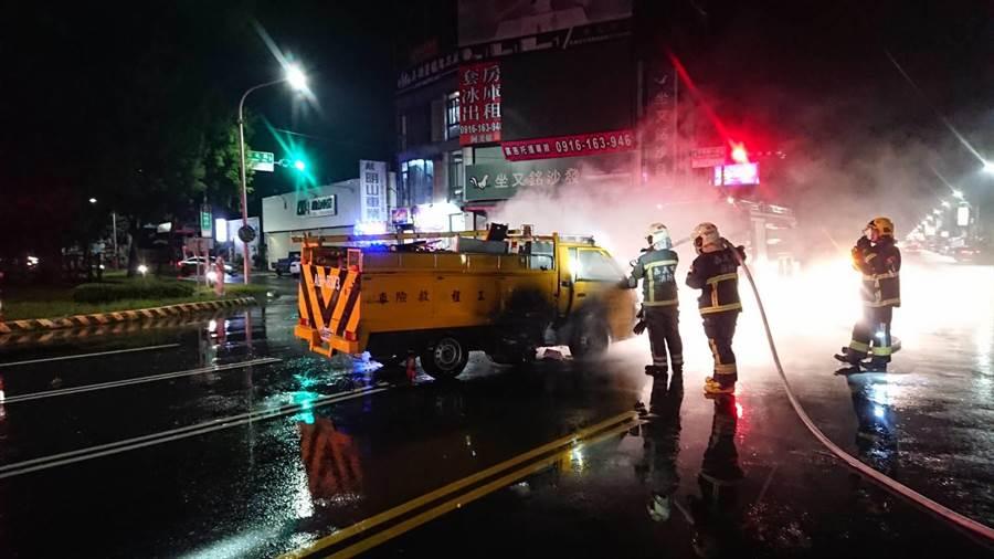 颱風夜急救火,台電工程車發生車禍火燒車,消防人員搶救。(廖素慧翻攝)