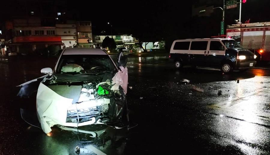 颱風夜自小客車與台電工程車擦撞,車頭嚴重毀損。(廖素慧翻攝)