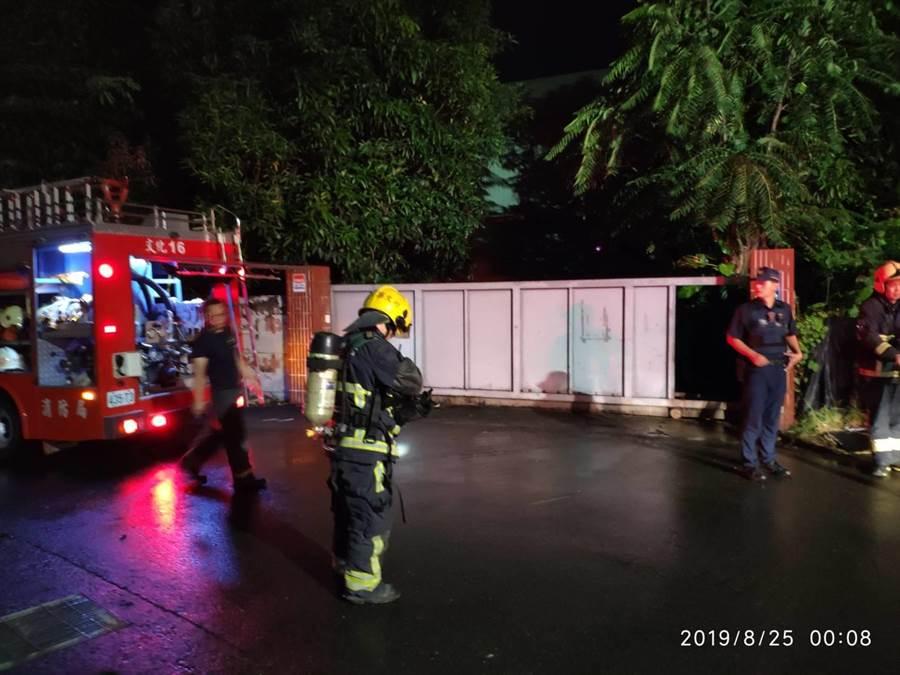 嘉義市消防局搶救失火的鐵工廠。(廖素慧翻攝)