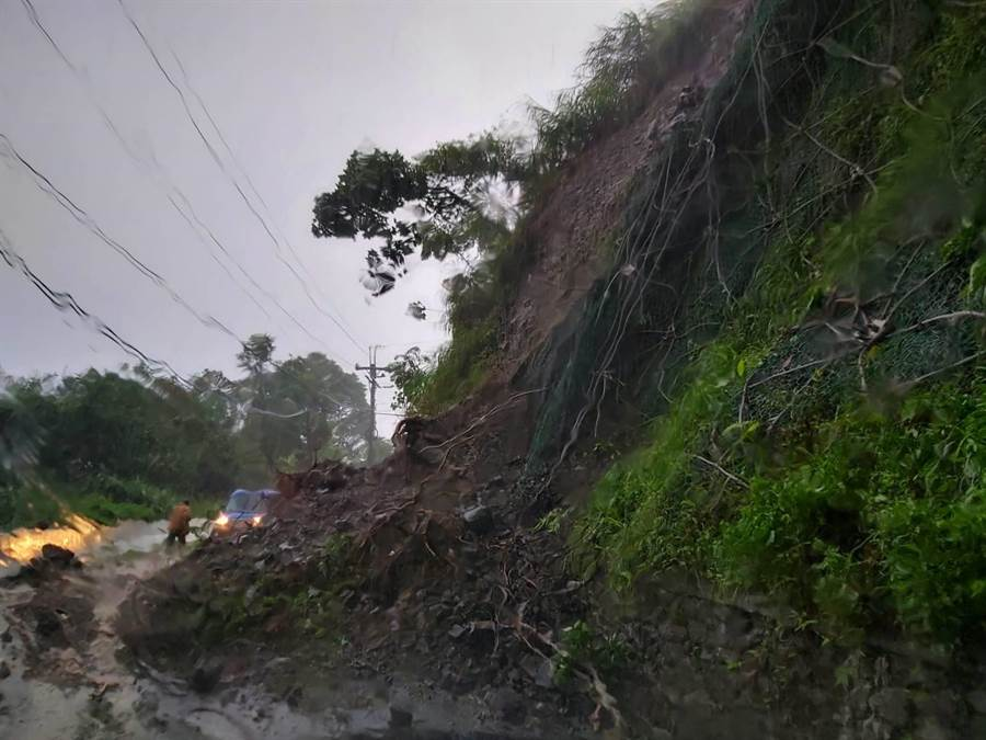 白鹿颱風帶來大雨,玉里赤科山區道路傳出多處土石坍方災情,土石直接覆蓋整條馬路,造成通行障礙,更增加搶修難度。(王昱凱翻攝)