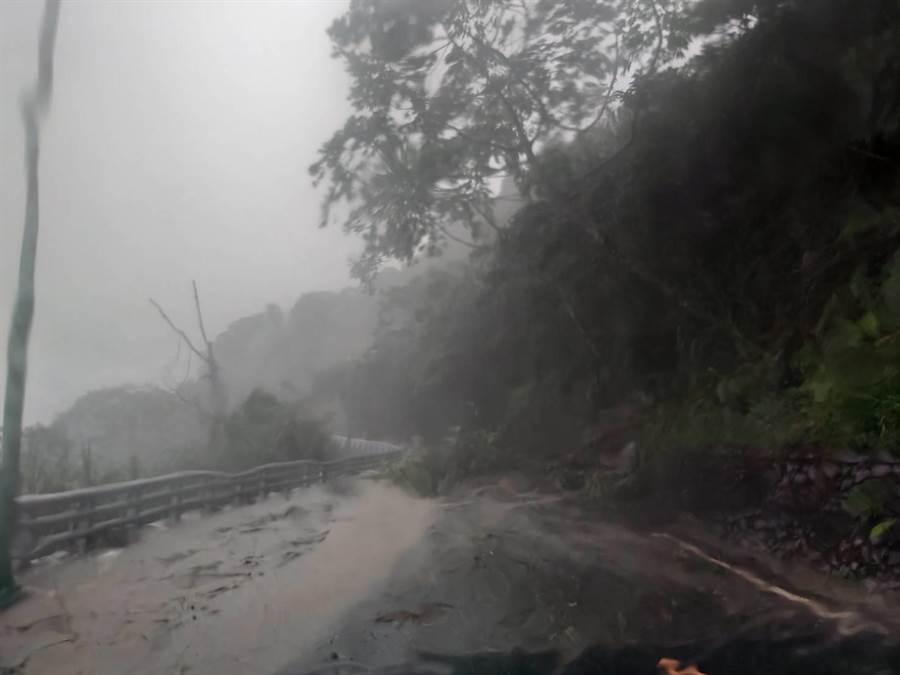 豐沛的降雨導致山區宣洩不及,水流直接從高處沿著路面向下排出。(王昱凱翻攝)