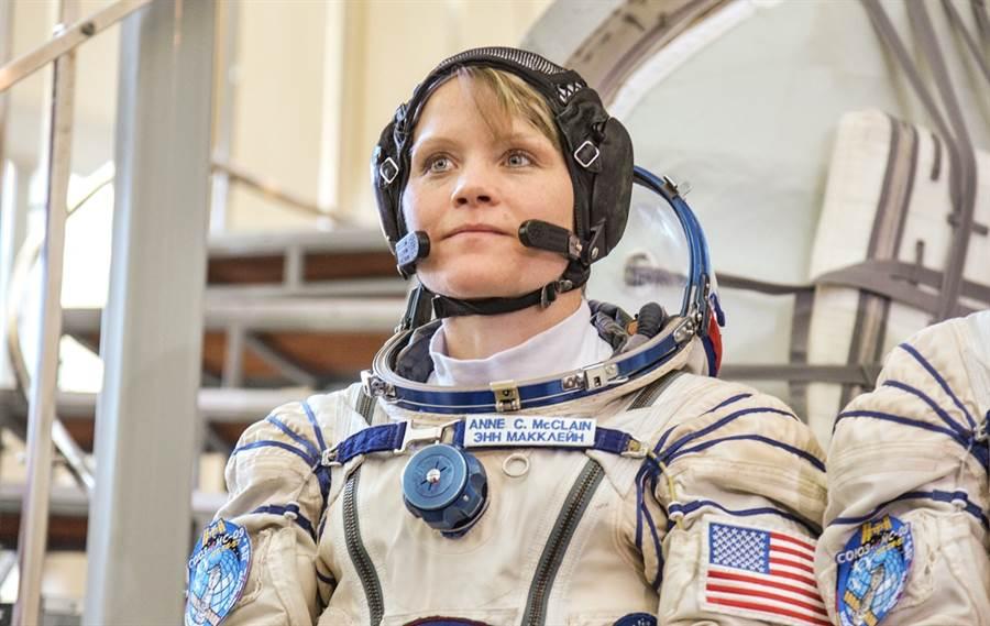 NASA女太空人麥克林(上圖)被前妻沃登指控在國際太空站值勤期間,透過NASA網域登入她的銀行帳戶,麥克林已承認其行為,不過堅稱是出於正當權利,NASA獲悉後已針對這起可能是史上首宗太空犯罪的事件展開調查。(圖/NASA官網)