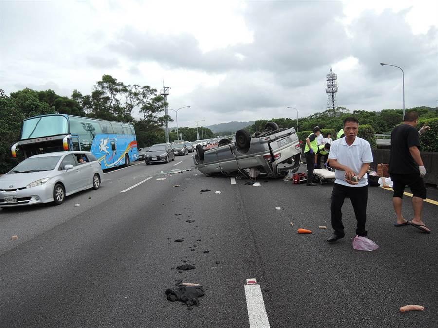 國3發生休旅車爆胎翻覆車禍,1死7傷。( 羅浚濱翻攝)