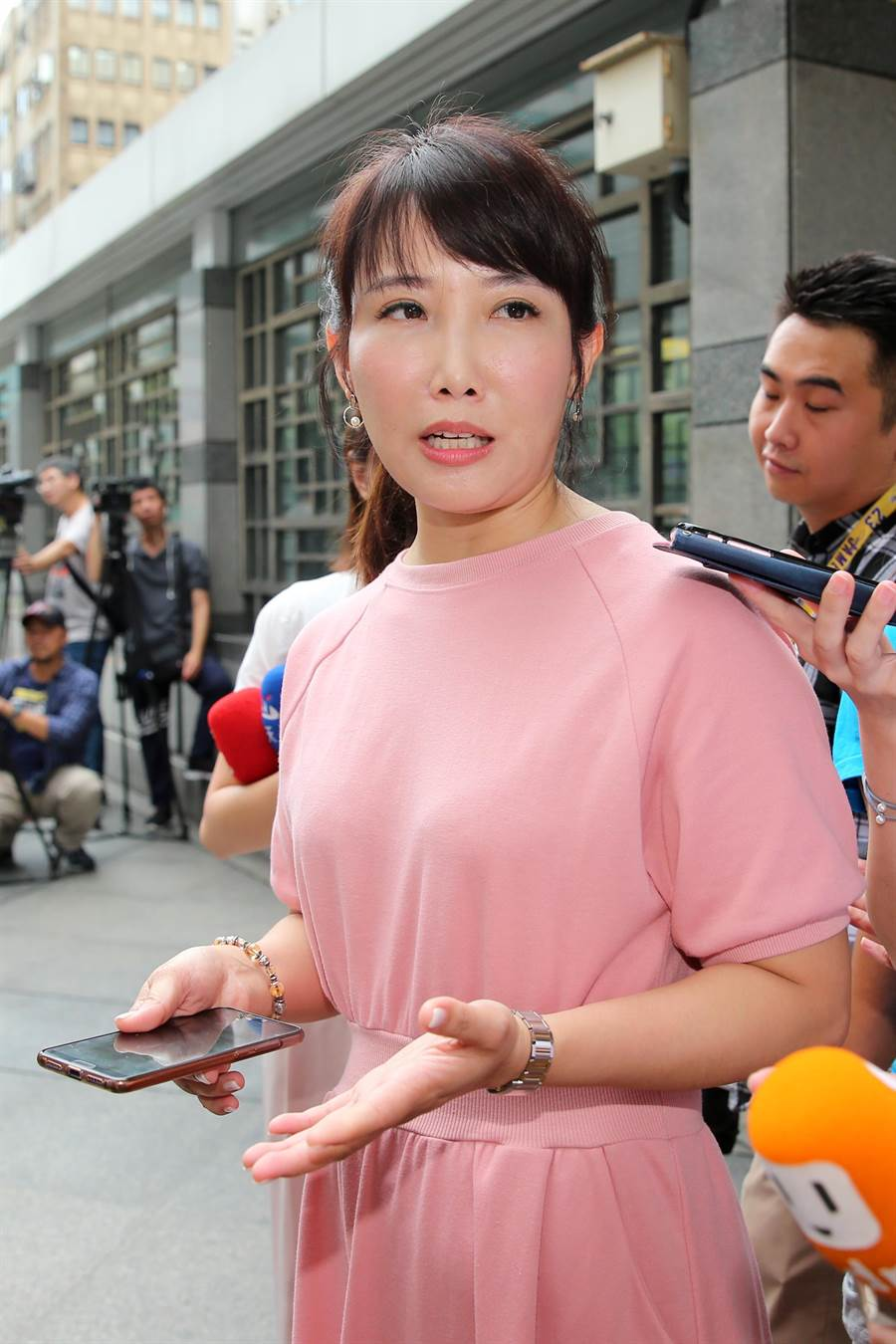 永齡基金會副執行長蔡沁瑜25日出面回應選戰議題。(黃世麒攝)