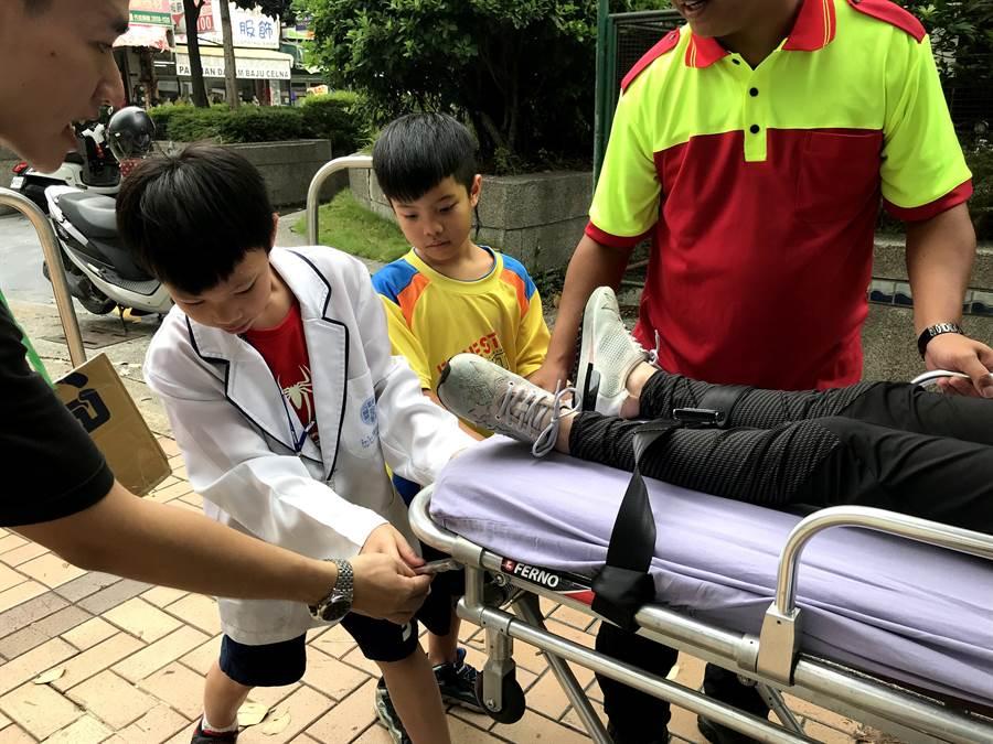 童醫院對小朋友進行救護車介紹及擔架操作。(陳世宗翻攝)