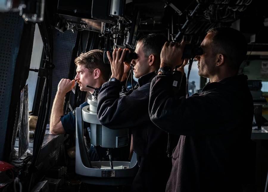 美海軍臉書公布灣號艦長在艦橋監控台海照片。(圖擷取自臉書粉專「U.S. 7th Fleet」)