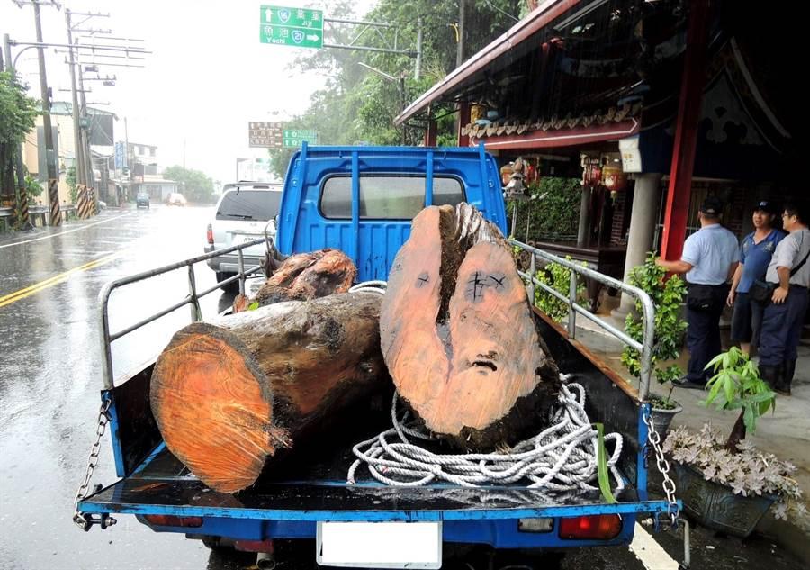 ▲民眾利用颱風天撿拾漂流木,在運送中遭林管和警方查獲,仍被依違反森林法移送法辦。(林管處提供)