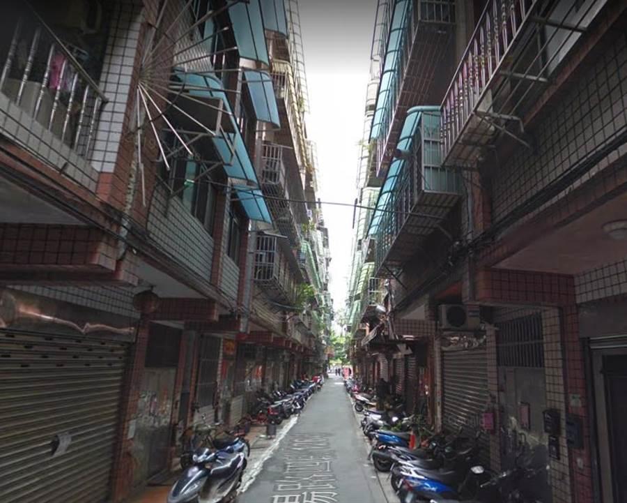 54歲的陳姓男子平時獨居在三重區某巷弄民宅。(翻攝自google map)
