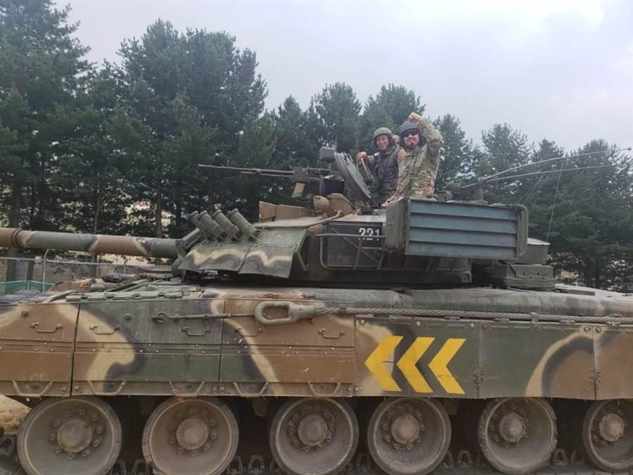 美軍灰狼旅士兵在韓國試乘T-80U主戰車,一旁有韓國士兵陪同。(圖/3-8 CAV twitter)