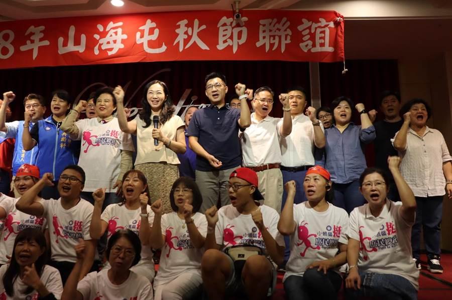 李佳芬上台致詞時,藍營中央、地方民代也站到身旁力挺,營造大團結氣勢。(王文吉攝)