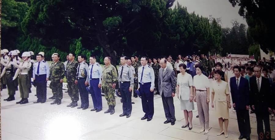 時任立委的韓國瑜與前行政院長唐飛陪同烈士遺族到金門參加追思會。(陳學聖提供)