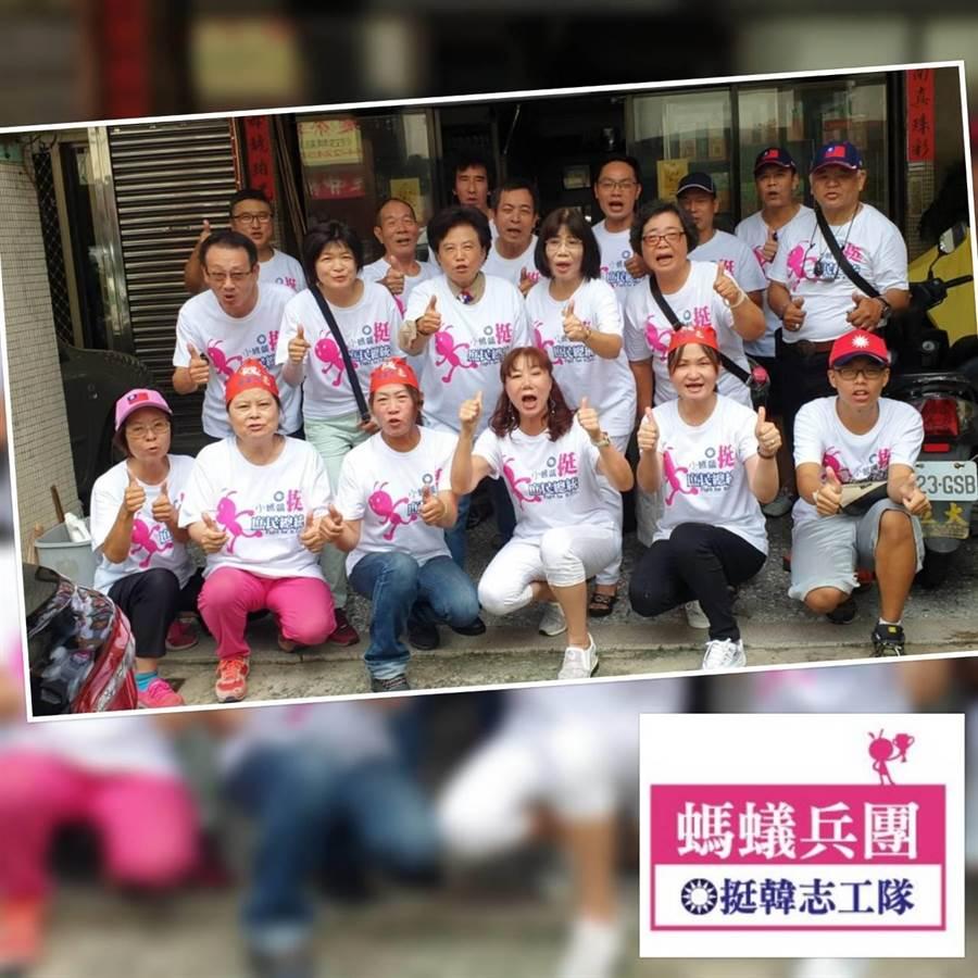 台中北屯區的庶民團體「挺韓志工隊」30餘人身穿特別設計的「螞蟻兵團」T恤,在立委沈智慧帶動下,圍著李佳芬,熱情高喊「韓國瑜凍蒜」。(翻攝自沈智慧臉書)