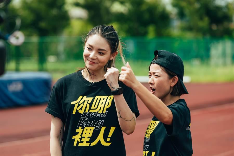 馬拉松好手歐陽靖(左)和藝人林彥君(右)一起為今年全國運動會行銷。(賴佑維翻攝)