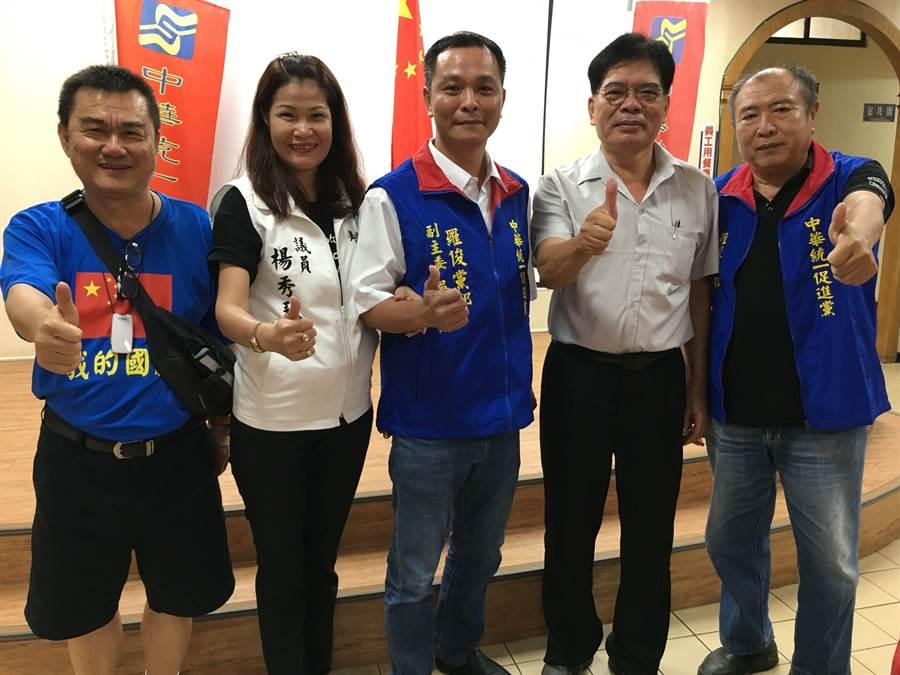 爭取國民黨提名的許能通(右二)參加中華統促黨的活動,拜票尋求支持。(廖素慧攝)