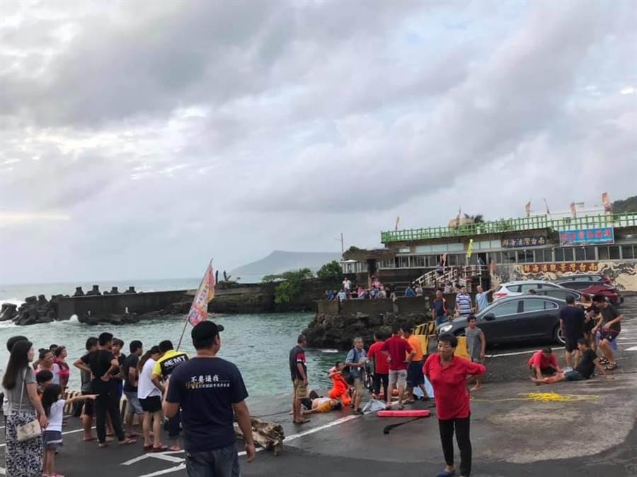 休旅車駛入漁港內,居民與海產店業者見狀即刻救援,把人成功救上岸。(翻攝恆春半島公共事務討論社團)