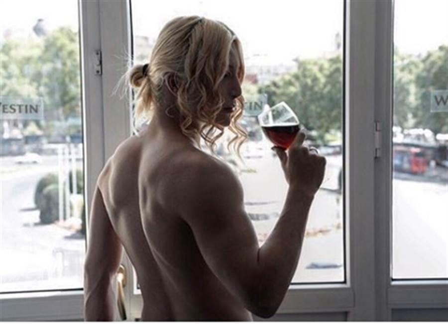 羅蘭金色長髮下的陰柔外貌,卻隱藏著結實內在肌肉。(圖/翻攝自羅蘭IG)