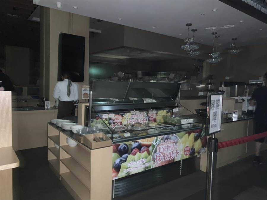 台中三井outlet晚間不明原因大停電,全館黑壓壓一片,餐飲供應停擺。(王文吉翻攝)