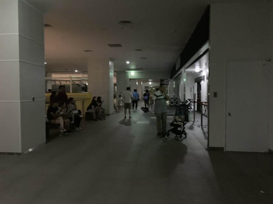 台中三井outlet晚間不明原因大停電,全館黑壓壓一片,消費者被迫摸黑逛街。(王文吉翻攝)