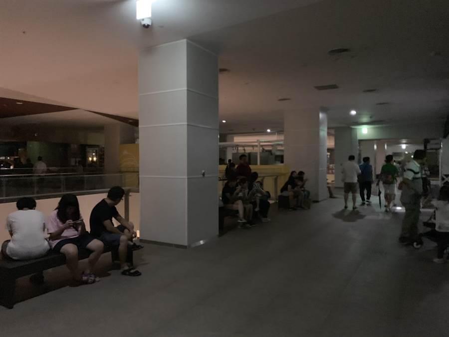 消費者在休息區等待復電,館方則宣布提早閉館,進行供電系統檢修。(王文吉翻攝)