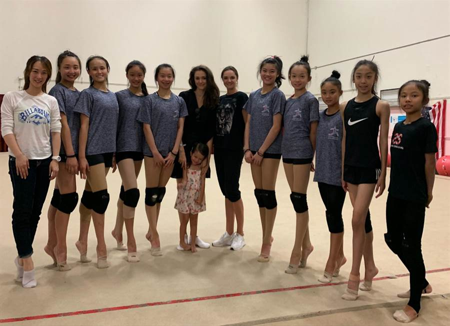 瑞莎帶台灣選手前往美國受訓,並請來曾是烏克蘭韻律體操選手的好友安娜擔任客座教授。(蓉億娛樂提供)