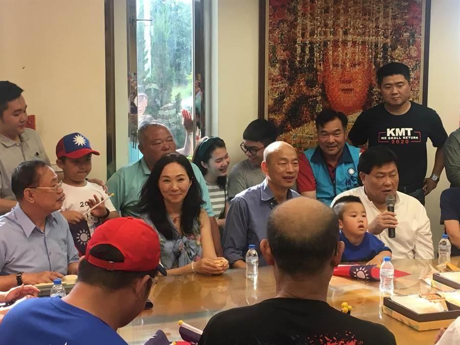 韓國瑜在國民黨內總統初選時拜會顏清標,與眾多支持者舉行閉門會議。(陳淑娥攝)
